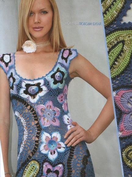 renkli çiçek modelli göğüs dekolteli elbise çeşitleri
