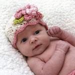 çiçek motifli bebek şapkaları