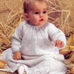 beyaz renkli delikli modelli örgü bebek elbise modeli