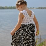 beyaz renkli motifli sırtı v şeklinde elbise modeli