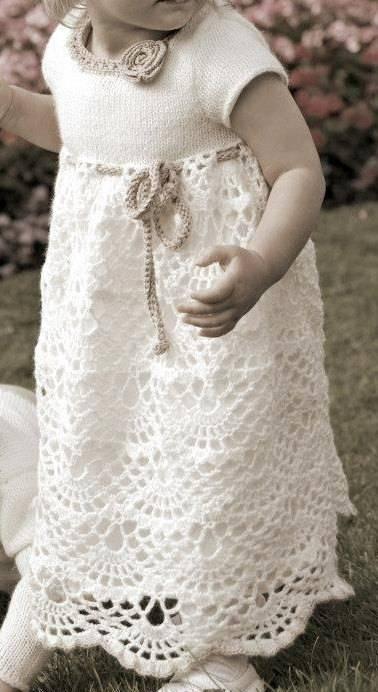 beyaz tığ ve şiş ile örülen bebek elbise