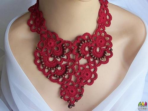 kırmızı çiçek motifli boncuk işlemeli kolye modeli