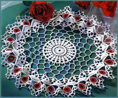 kırmızı çiçekli yuvarlak dantel örtü modeli