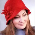 kırmızı renkli yaprak ve çiçek işlemeli örgü şapka modeli