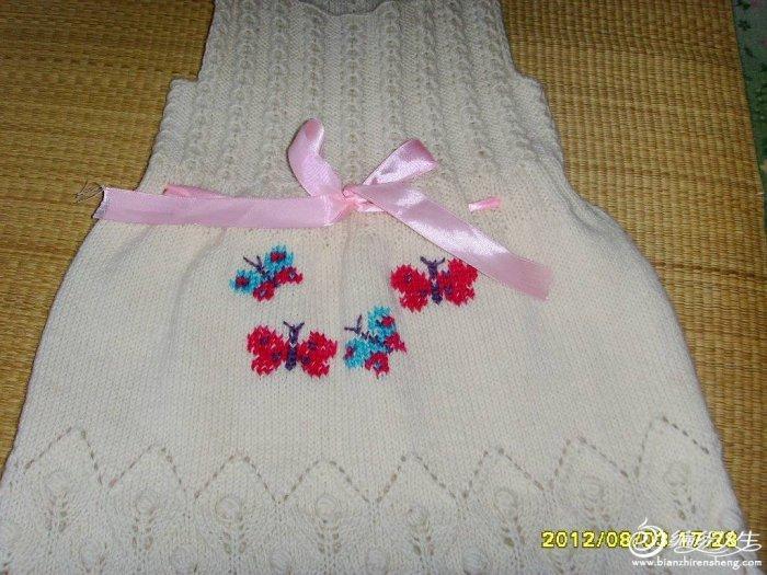 kare yaka üzeri renkli kelebek işlemeli kız çocuk elbise modeli