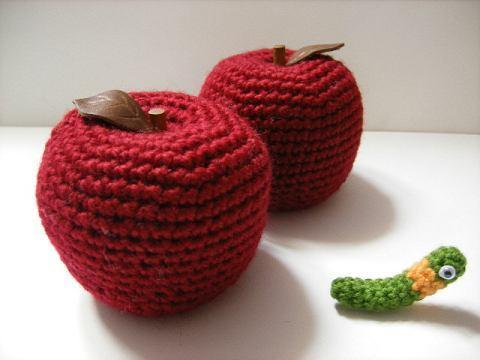 sevimli örgü oyuncak elma kurdu modelleri