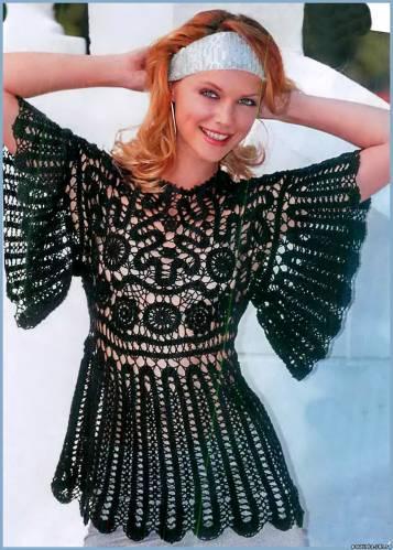 siyah renkli desenli kolları ve etekleri genişleyen bluz modeli