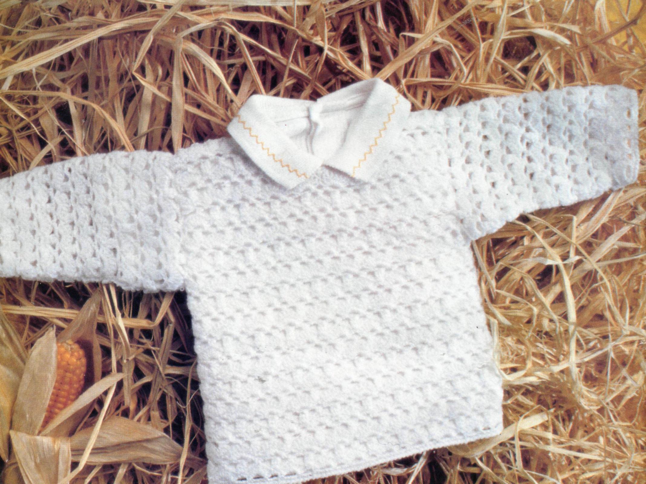 tığ ile örülen beyaz renkli delikli örgü bebek kazağı modeli