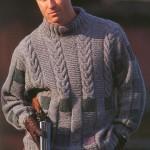 Мужской пуловер связан спицами голубой хлопковой пряжей.  Благодаря.