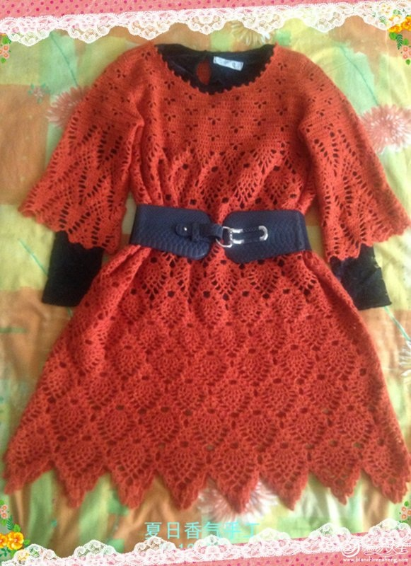 kırmızı renkli etekleri zik zak desenli dantel elbise modeli