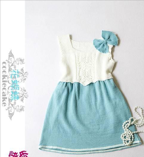 mavi beyaz renkli kurdele süslü elbise modeli