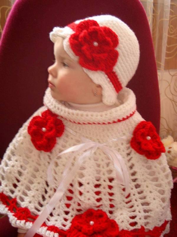 beyaz kırmızı örgü pelerin ve şapkası