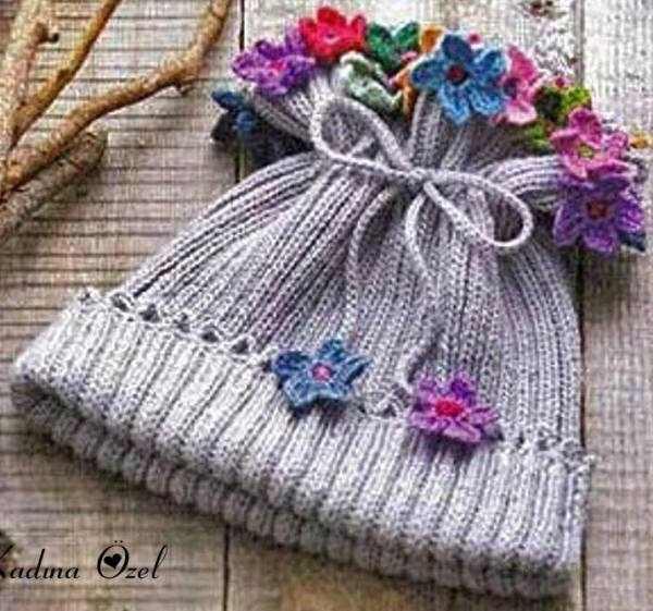 gri şapka ve rengarenk süslemeleri