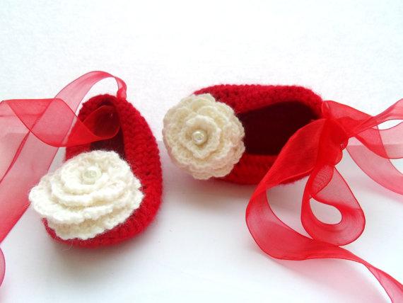 kırmızı beyaz çiçek motifli patik