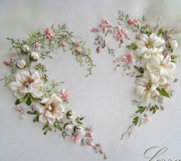 kalp ve beyaz çiçekler kurdele nakışı ile