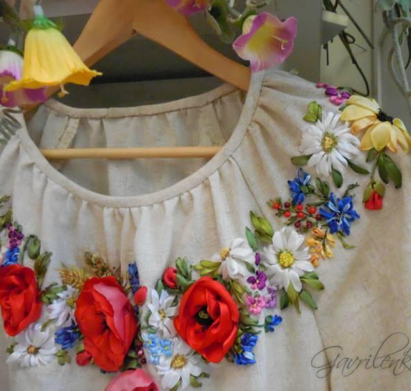krem bluza kırmızı kurdele nakışı işlemeli çiçekler