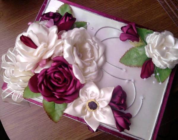 mor ve beyaz kurdele nakışından çiçekler