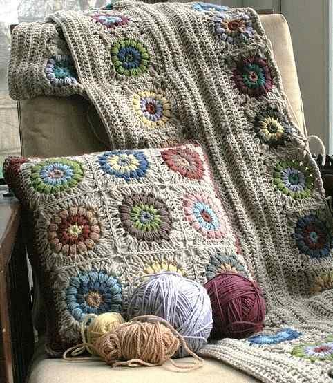 renkli motifli örgü yastık