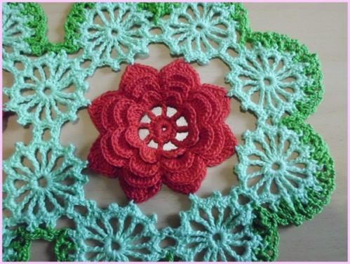 ortası kırmızı çiçek motifli yuvarlak dantel örtü (3)